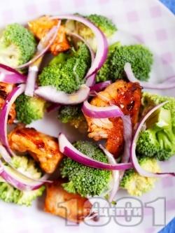 Салата с броколи, запържени пилешки гърди, червен лук и дресинг от оцет, зехтин и мед - снимка на рецептата
